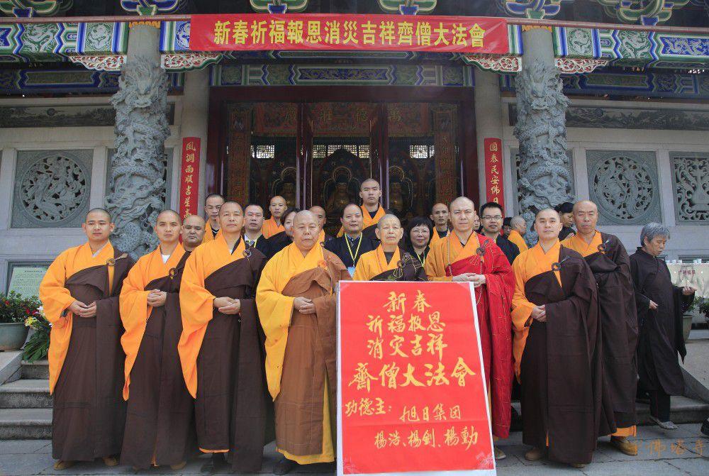 主和护法居士在千佛塔寺庄严雄伟的大雄宝殿齐整排班