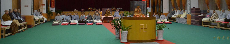 千佛塔寺大众在禅堂内共修